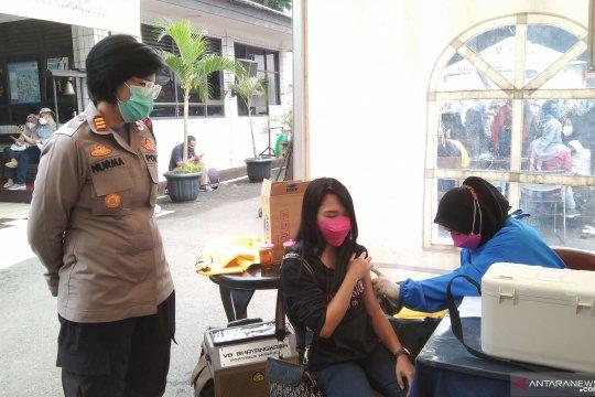 700 warga jalani vaksinasi di Polsek Pasar Minggu