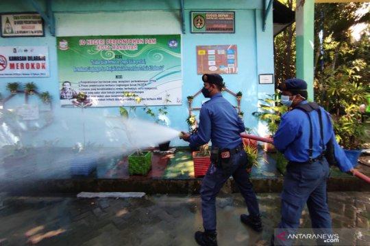 Damkar sterilisasi sekolah di Makassar jelang tata muka