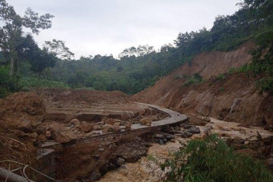 Sejumlah ruas jalan dan jembatan di Tulungagung rusak akibat longsor
