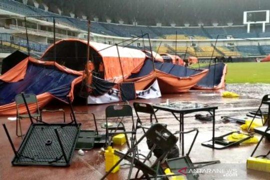 Hujan angin disertai es sebabkan tenda vaksinasi di GBLA Bandung roboh