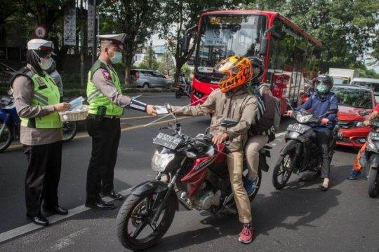 Polisi bagikan masker dan cairan pembersih tangan