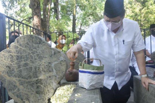 Menko Perekonomian ziarah ke Astana Oetara di sela kunjungan Solo