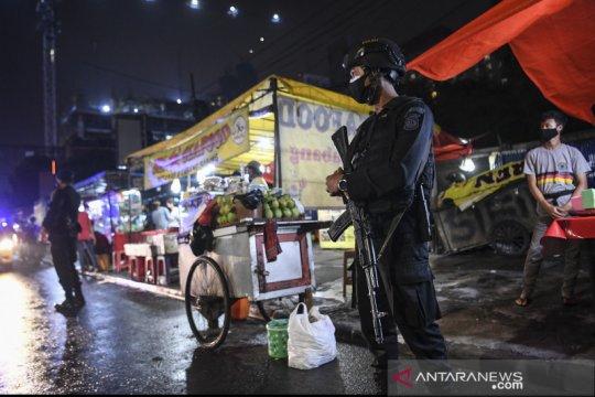 Polisi patroli pengawasan protokol kesehatan di Jalan Sabang
