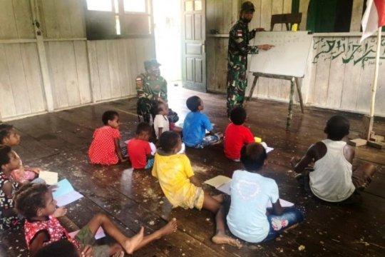 Satgas TNI bimbing belajar anak di perbatasan RI-PNG