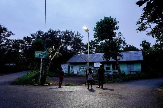 Desa terpencil di NTT dapat bantuan cahaya listrik bertenaga surya