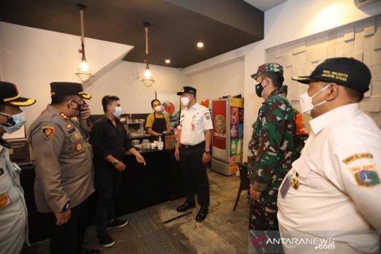 Layanan makan di kafe dan resto di Jakut dibatasi sampai jam 8 malam