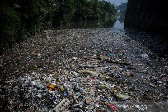 Sampah menumpuk di sungai Citarum