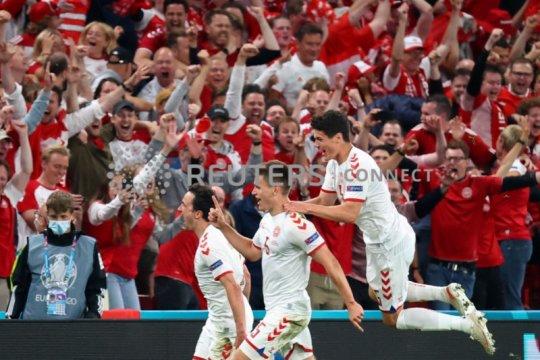 Menang besar 4-1, Denmark secara dramatis lolos ke 16 besar