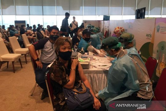 Ratusan warga DKI antusias antre vaksin Sinovac di JIEP Pulomas