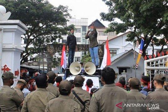 Mahasiswa Seram Timur tuntut realisasi janji Gubernur Maluku