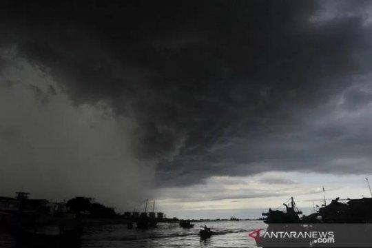 BMKG perkirakan sebagian petir dan hujan lebat, termasuk wilayah Kalimantan