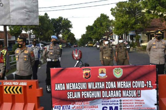 Polresta Cirebon lakukan penyekatan jalan di wilayah zona merah