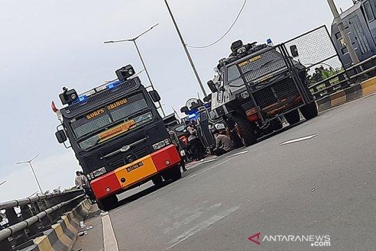 Massa Rizieq Shihab ceburkan kendaraan anggota picu bentrokan