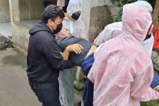 Wakapolrestro Jaksel gotong warga yang kritis terpapar COVID-19