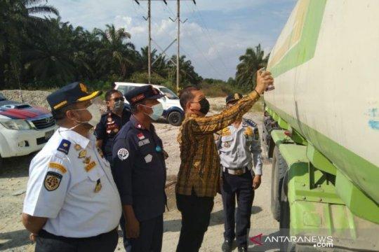 Dishub Riau menilang 53 kendaraan berat bermuatan berlebih