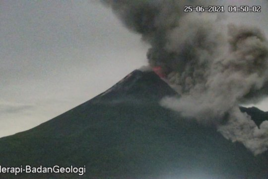 Tiga awan panas guguran Gunung Merapi meluncur ke tenggara sejauh 3 km