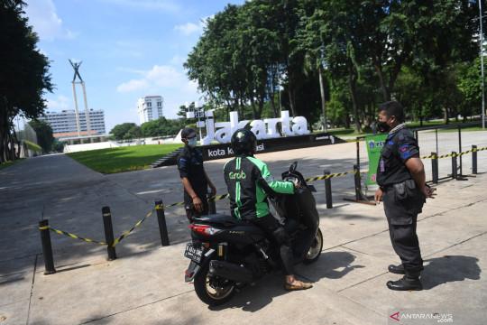 Pemkot Jakbar tetap pelihara taman kota selama ditutup saat PPKM
