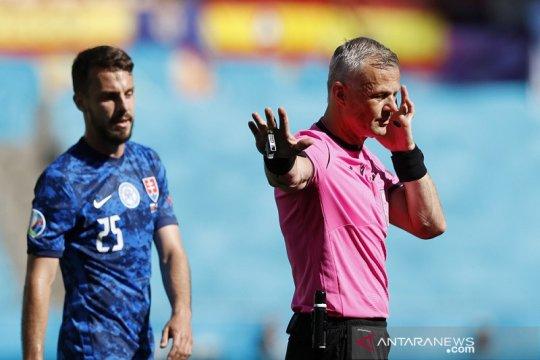 Hujan penalti warnai Euro 2020, ketua wasit UEFA bela VAR