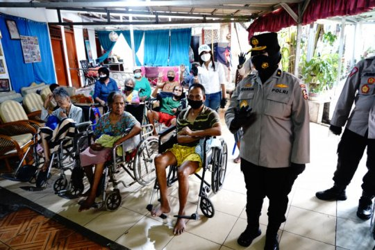 Polri salurkan 505 paket sembako ke Panti Jompo Bekasi