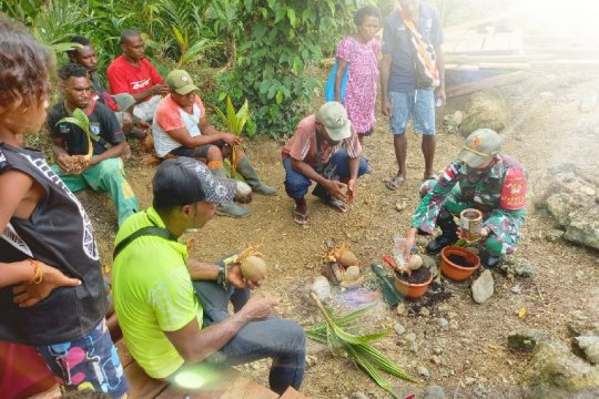 Satgas TNI latih keterampilan warga di perbatasan buat bonsai