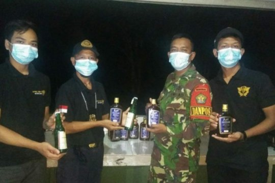 Satgas Pamtas gagalkan penyelundupan puluhan botol miras Malaysia