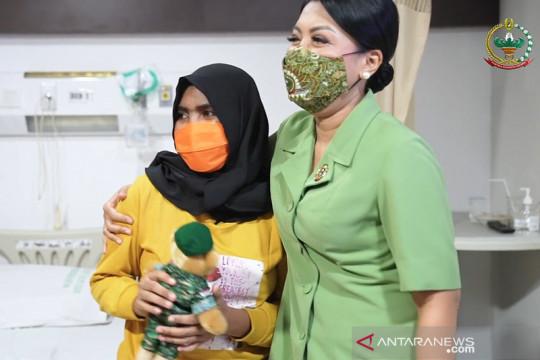 Istri Kasad jenguk anak prajurit TNI pascaoperasi pengangkatan tumor