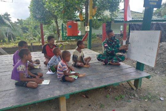 Satgas TNI ajar baca tulis anak-anak asli Papua di perbatasan