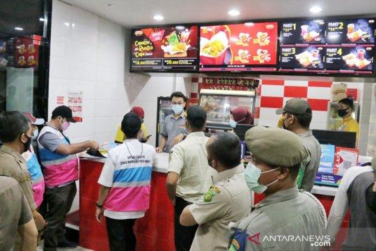 Satpol PP membubarkan pengunjung restoran di Medan Timur