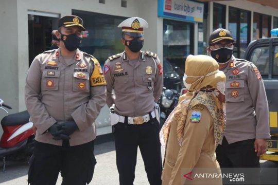 Polisi menutup jalur wisata primadona Cipanas Garut cegah COVID-19