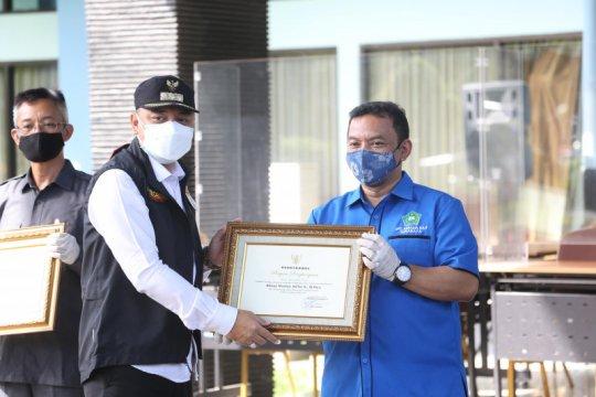 Bantu fasilitas isolasi, Asrama Haji Surabaya dapat penghargaan