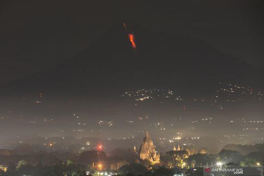 Gunung Merapi luncurkan awan panas guguran