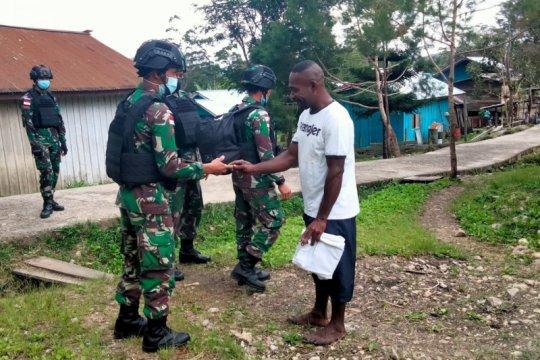 Satgas TNI bagikan pakaian layak pakai untuk warga perbatasan RI-PNG