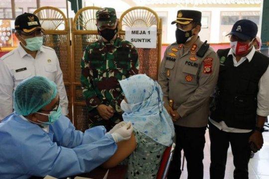 Bupati Bantul tinjau vaksinasi COVID-19 bagi pelaku wisata