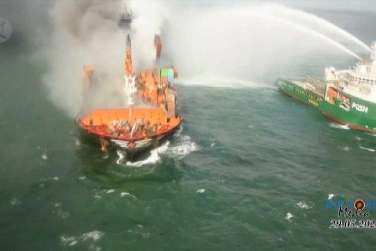 Akibat tenggelamnya kapal kargo kimia di lepas pantai Sri Lanka