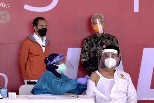 Presiden tinjau vaksinasi 1.000 warga di Pelabuhan Tanjung Emas