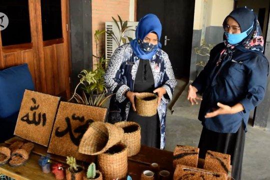 Memanfaatkan limbah kelapa menjadi ragam kerajinan