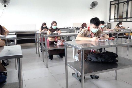 Melihat uji coba kegiatan PTM di SMKN 38 Jakarta