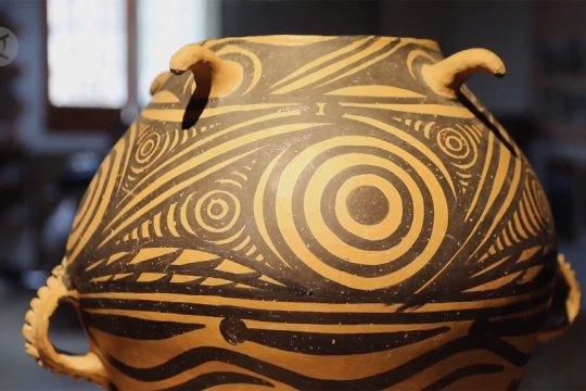 Merawat teknik kuno pembuatan tembikar lukis