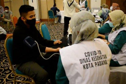 1.300 pekerja hotel dan restoran di Padang terima vaksin COVID-19