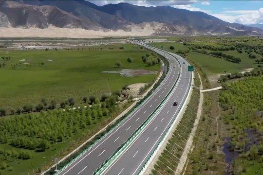 Menengok tanggul hijau di sepanjang sungai induk Tibet