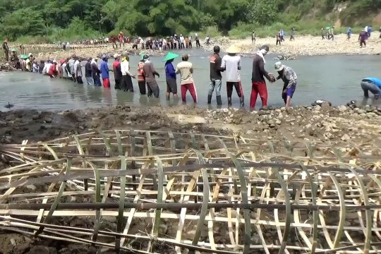 Jelang kemarau, warga Kuningan bendung Sungai Cisanggarung