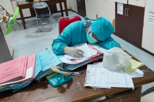 Saat tenaga medis curi-curi tidur di tengah gempuran pasien COVID-19
