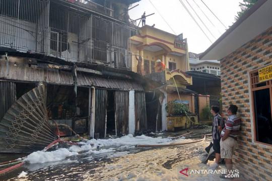 Sebuah rumah berlantai tiga di Kayu Putih terbakar