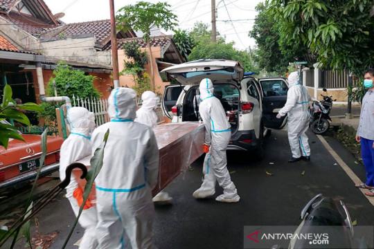 Satpel Dishub Cilandak bantu evakuasi jenazah warga positif COVID-19