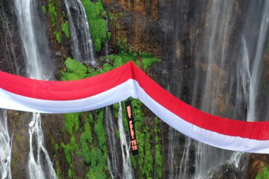 Polri kibarkan bendera raksasa di Air Terjun Tumpak Sewu