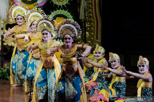 Pagelaran tari Janger muda-mudi Bali