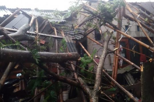 30 rumah di Tangerang rusak diterjang angin puting beliung