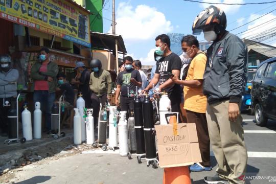 Warga antre isi ulang tabung oksigen di Jakarta Selatan