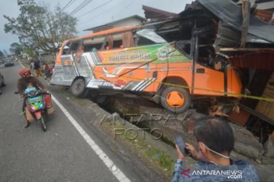 Truk Tabrak Rumah Dan Bus Di Kabupaten Tanah Datar
