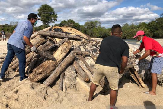 Nelayan di Sumba Tengah lakukan ritual adat untuk bakar bangkai paus